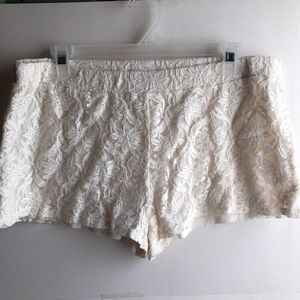 DECREE Cream Ivory Textured Floral Lace Shorts
